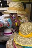 Till salu hattar och Scarves Arkivfoton
