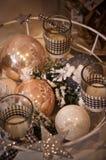 Till salu julpynt, stearinljus och struntsaker Arkivfoto