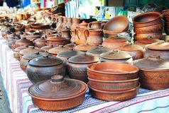 Till salu krukmakeri Traditionella keramiska tillbringare Handgjord keramisk krukmakeri i en vägrenmarknad med keramiska krukor o Royaltyfria Bilder
