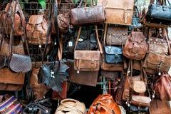 Till salu läderpåsar Arkivfoton