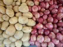 Till salu lökar och potatisar Arkivfoto