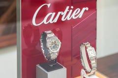 Till salu lyxiga klockor shoppar in fönsterskärm Arkivbilder