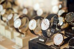 Till salu lyxiga klockor shoppar in fönsterskärm Fotografering för Bildbyråer