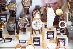 Till salu lyxiga klockor shoppar in fönsterskärm Royaltyfria Bilder