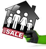 Till salu - modell House med en familj Royaltyfri Bild