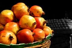 Till salu nya granatäpplen för lantgård Fotografering för Bildbyråer