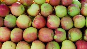 Till salu nya och saftiga äpplen Arkivfoto