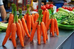 Till salu nya orange morötter Arkivfoto