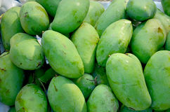 Till salu rå grön mango Royaltyfri Bild