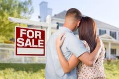 Till salu Real Estate undertecknar, militära par som ser huset Royaltyfri Bild