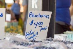 Till salu tecken för bondemarknadsblåbär Arkivbild