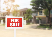 Till salu tecken för fastighet för nytt hus för affär framme av nytt Arkivfoto