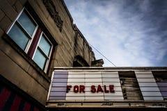 'Till salu tecken på den gamla filmbiografen i Hannover, Pennsylvania royaltyfri bild