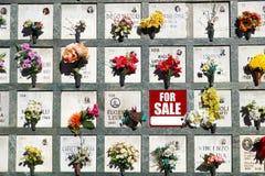 Till salu underteckna in en kyrkogård Offren av den ekonomiska krisen säljer någon typegenskap Royaltyfria Bilder