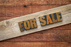 Till salu underteckna in wood typ för boktryck Arkivfoto