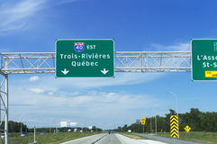 Till Trois-Rivières Québec huvudvägvägmärke arkivbild