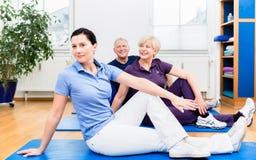 Tillbaka övningar för Physio visning till hennes patienter Fotografering för Bildbyråer