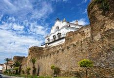 Tillbaka av den biskops- slotten ?ver de medeltida v?ggarna av Plasencia, Spanien royaltyfri fotografi