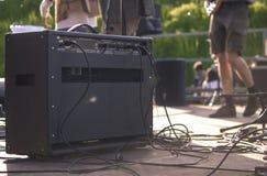 Tillbaka av en gitarr ampere på etappen royaltyfria bilder