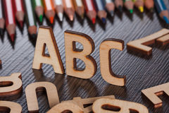 tillbaka begreppsskola till Alfabet som göras av träbokstäver Royaltyfri Fotografi