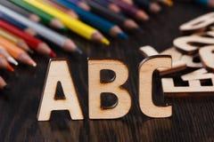 tillbaka begreppsskola till Alfabet som göras av träbokstäver Royaltyfri Foto