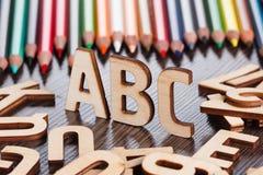 tillbaka begreppsskola till Alfabet som göras av träbokstäver Arkivbilder