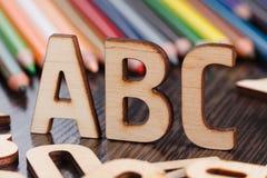 tillbaka begreppsskola till Alfabet som göras av träbokstäver Royaltyfri Bild