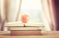 tillbaka begreppsskola till bunt av böcker över träskrivbordet framme royaltyfri fotografi