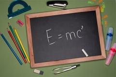 tillbaka begreppsskola till Einsteinian teori av relativitet som är skriftlig på den svart tavlan arkivbilder