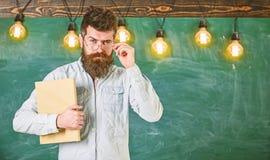 tillbaka begreppsskola till Lärare i glasögon som startar kurs Mannen med skägget och mustaschen på allvarlig framsida står in royaltyfri fotografi