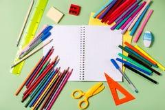 tillbaka begreppsskola till Skolatillförsel på en pastellfärgad bakgrund Royaltyfria Foton