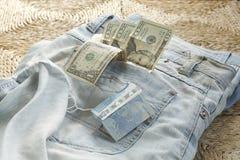tillbaka blå textur för denimjeansfack Pengar i fack Bockar i höftfack Pengar från blåttfacket Jeans plus pengar Arkivbilder