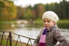 tillbaka blont gulligt se för flicka Royaltyfria Foton
