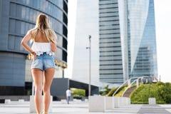 Tillbaka botten och lodis av en härlig passformkvinna som bär kort jean Arkivfoton
