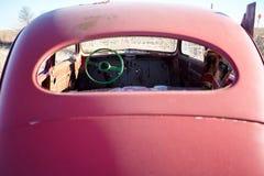 Tillbaka brutet fönster av en röd bilhaveri royaltyfri bild