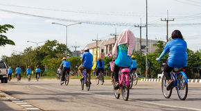 Tillbaka cykel för mamma Royaltyfria Foton