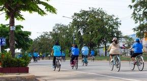 Tillbaka cykel för mamma Royaltyfri Foto