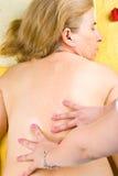 tillbaka fående massage mogen kvinna Fotografering för Bildbyråer