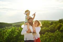 tillbaka fader som ger parkrittsonen Fadermoder och son som har gyckel och spelar i natur Stående av den lyckliga fadern royaltyfria foton