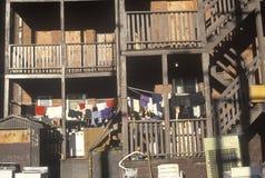 Tillbaka farstubroar av att förfalla lägenhethus, Holyoke, Massachusetts Arkivbild