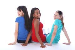 tillbaka flickor som ser tonårs- trio för blandade races royaltyfria foton