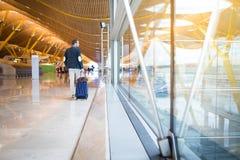 Tillbaka gå för man på flygplatsen Arkivbild