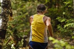 Tillbaka gammal manlig löparemaratonspring i skog Royaltyfri Foto