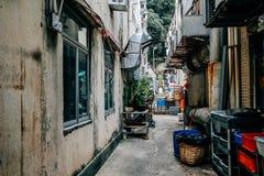 Tillbaka gränd av restaurangen på byn för Lamma ö i Hong Kong Arkivbild