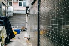 Tillbaka gränd av restaurangen på byn för Lamma ö i Hong Kong Royaltyfri Foto