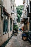 Tillbaka gränd av restaurangen på byn för Lamma ö i Hong Kong Royaltyfri Bild
