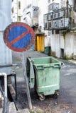 Tillbaka gränd inget tillträde med avfallfacket arkivfoto