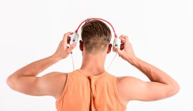 tillbaka grunderna till lyssnande musik för orakad man i hörlurar med mikrofon sexig muskulös man att lyssna sportmusik man i iso royaltyfri fotografi