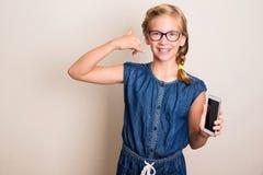 tillbaka kalla mig Nätt tonårig flicka i glasögon och hänglsen med sma royaltyfri foto