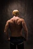 tillbaka kroppsbyggaremanlig arkivfoto